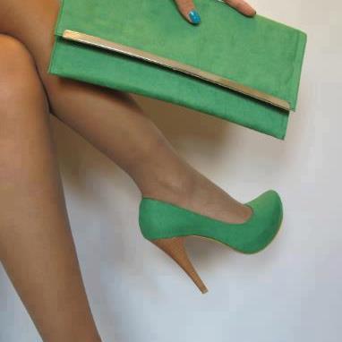 yeşil ayakkabı ve çantası