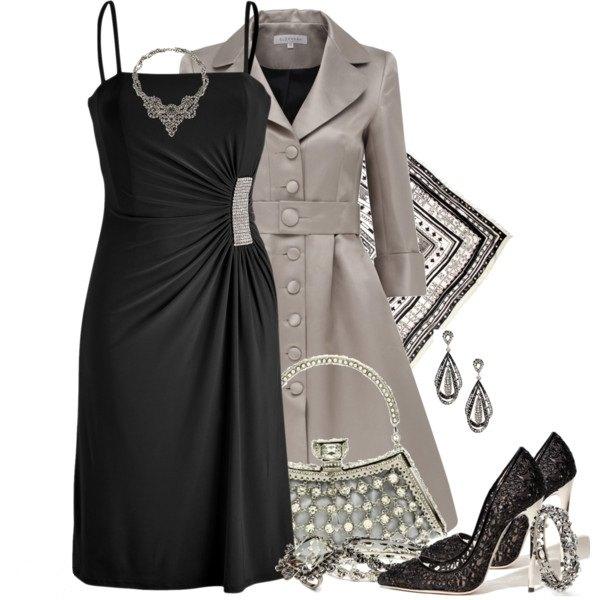 askılı siyah elbise ve trençkot kombini