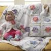 çiçek motifli beyaz bebek battaniyesi ve çantası