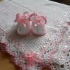 beyaz pembe biyeli ve kurdeleli bebek battaniyesi