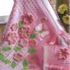 pemebe çiçekli bebek battaniyesi ve çantası