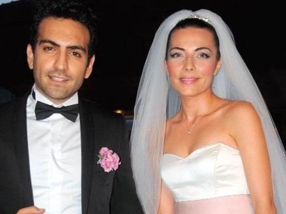 Buğra Gülsoy ile Burcu Kara'nın evlilik resmi
