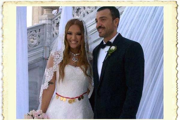 Demet Akalın ile Okan Kurt'un evlilik resmi