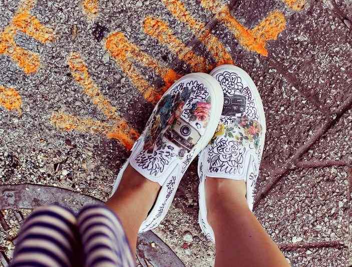6 dergilerden resim yapıştırılan ayakkabı