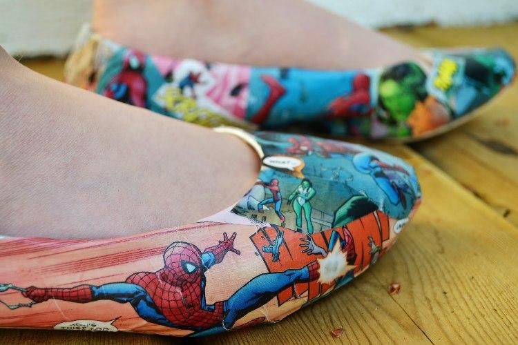 7 dergilerden resim yapıştırılan eski ayakkabılar