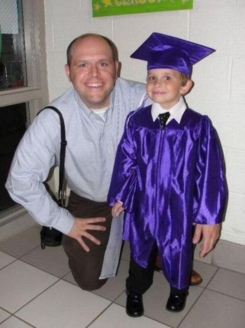 mezuniyet resmi ama ellere dikkat…