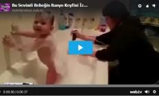 Bu Sevimli Bebeğin Banyo Keyfini İzleyin..